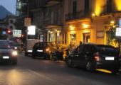 """Via Pitrè angolo Viale Regione Siciliana - Un lettore segnala: """"Le auto in divieto di sosta impediscono ai veicoli di poter usufruire della svolta a destra continua""""."""